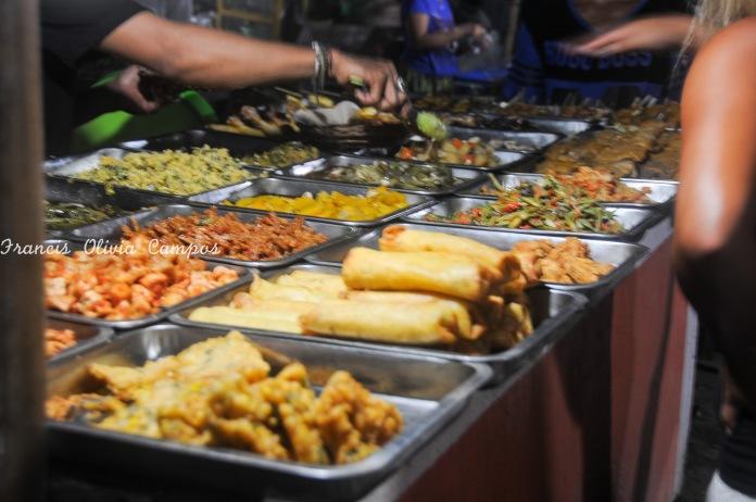 Mercadão de Gili T que a noite serve refeições nada convencionais a um preço baratissímo. Um prato grande de comida co Nasi Goreng de frango custava 1 dolar.