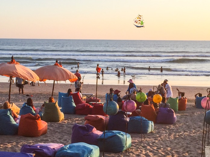 No final do dia os restaurantes na beira da praia em Seminyak e Kuta colocam essas almofadas e a galera chega e rola música e happy hour..todo mundo unido e animado para ver o pôr do sol!