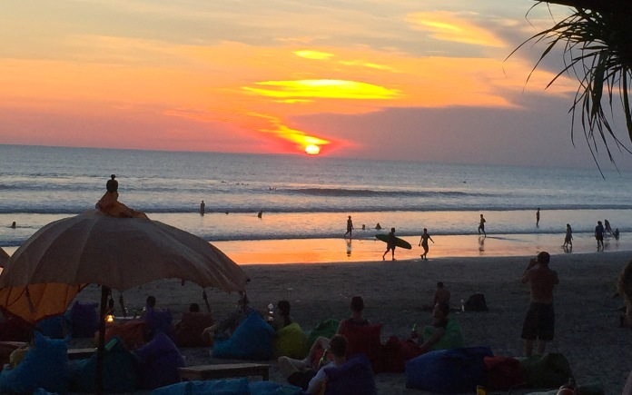 Pôr do sol em um barzinho na beira da praia em Seminyak