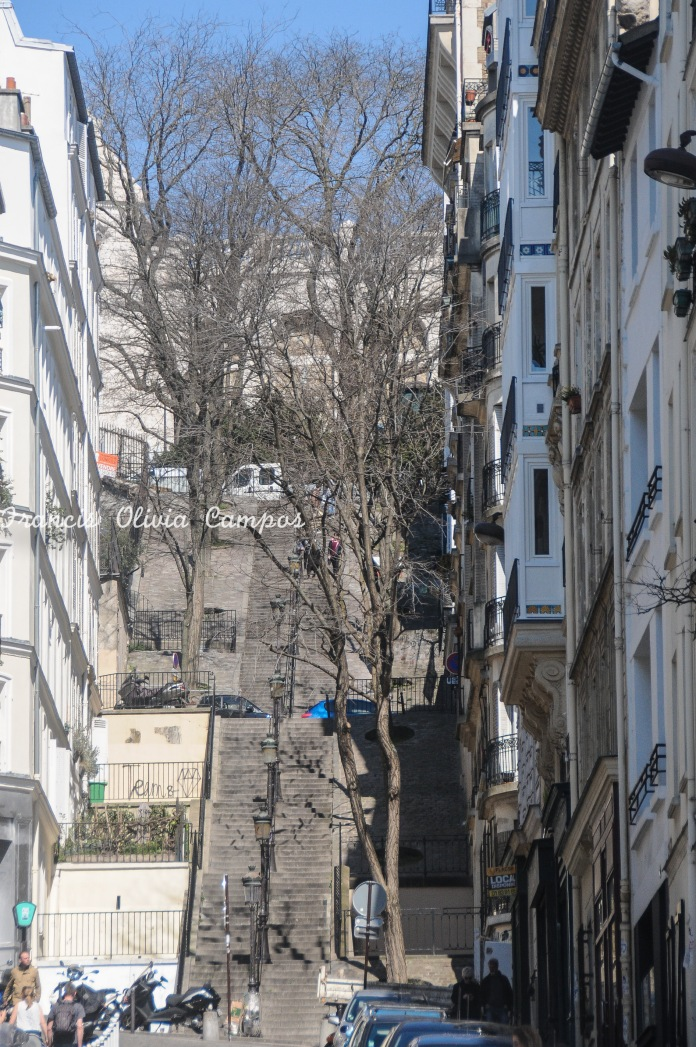 Escadaria para alcançar o topo do bairro Montmartre