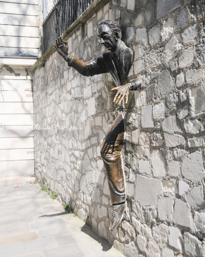 """A escultura """"O Homem através do muro"""""""